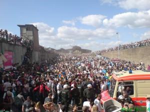 Sanitäter und ein Krankenwagen sind eingetroffen (laut Kamerazeit 17:14 Uhr)