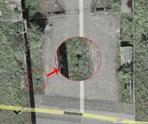 Auf Google-Satellitenfoto von 2006 sieht man zwei Löcher dort wo der Gully ist